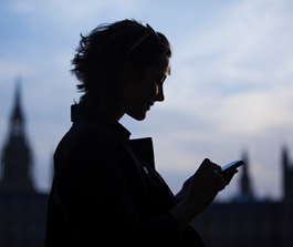 Femme regardant son smartphone