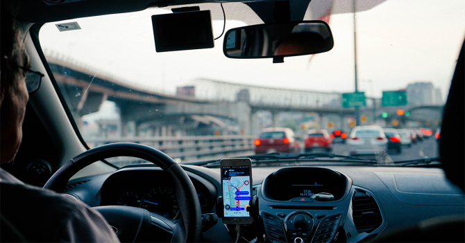 5 applications mobiles indispensables en voiture